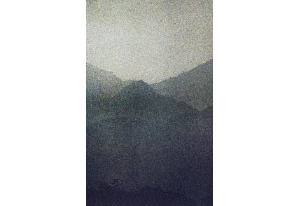 Au dessus des montagnes plongées dans le crépuscule, le ciel est encore clair