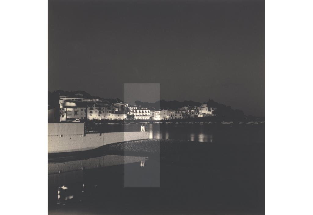 Jeune femme dans la nuit