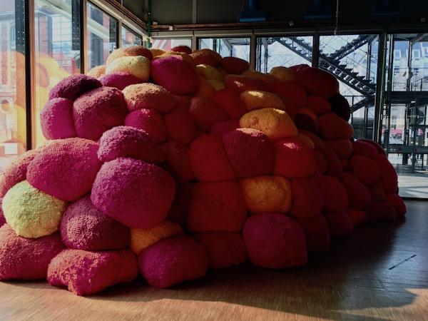 Zeuxis présente Sheila Hicks au Centre Pompidou